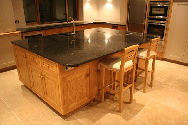 Island unit with breakfast bar seating area and prep sink